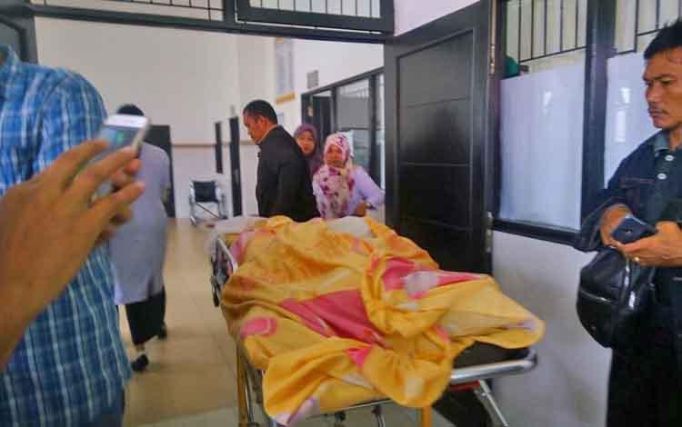 Jenazah Ruslan dibawa menuju ruang Kamboja, RSUD dr Doris Sylvanus Palangka Raya.