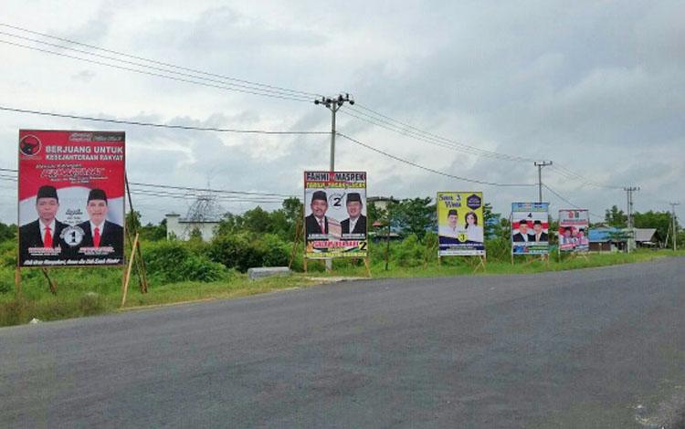 Lima baliho pasangan calon yang difasilitasi KPU di tepi Jalan Trans Kalimantan.