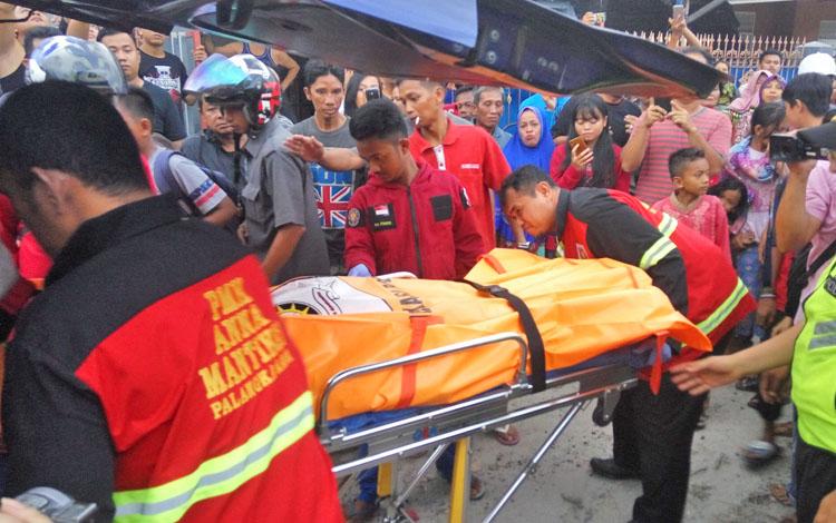 Jenazah dievakuasi menuju ruang Kamboja, RSUD dr Doris Sylvanus Palangka Raya, Senin (12/3/2018) sore