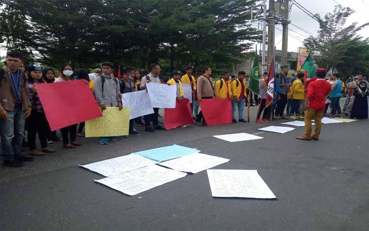 Aliansi mahasiswa kembali turun aksi ke DPRD Kalteng di Palangka Raya, Rabu (14/3/2018)