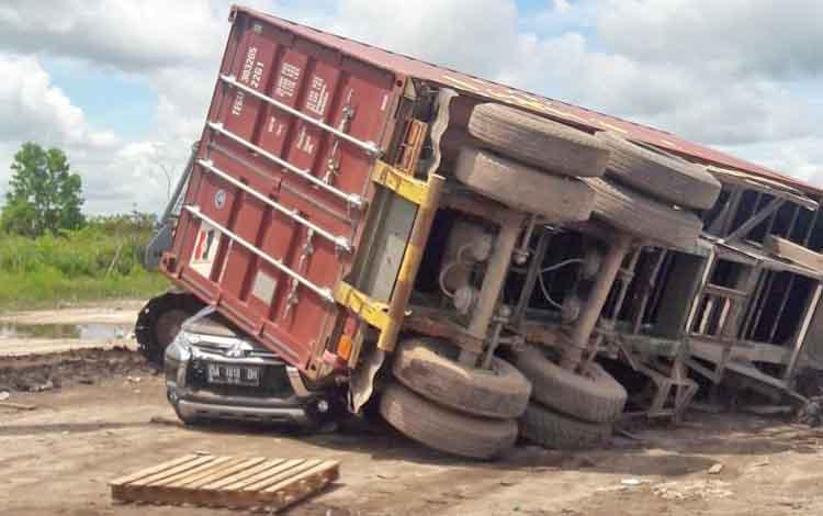 Kontainer saat menindih mobil sebelum di evakuasi.