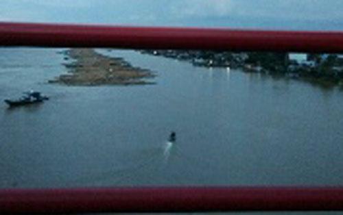 Kayu log dimilirkan di Sungai Katingan.
