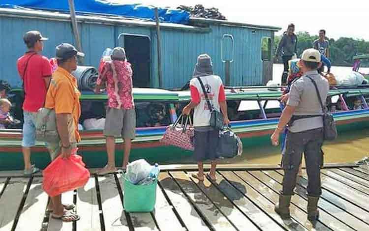 Anggota Satsabhara Polres Barito Utara saat memberikan imbuan di Pelabuhan Muara Teweh, Jumat (6/4/2018).