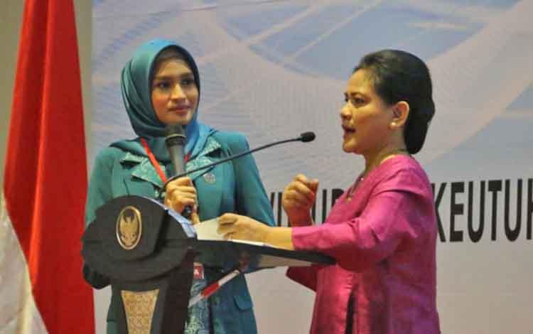 Ibu Negara Iriana Jokowi dan istri Gubernur Kalteng Sugianto Sabran, Yulistra Ivo Azhari, saat Rapat Koordinasi TP PKK di Jakarta, Selasa (10/4/2018).