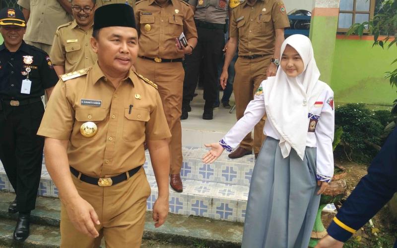 Gubernur Kalimantan Tengah Sugianto Sabran bersama Roselya Elvaniah di SMAN 2 Muara Teweh.
