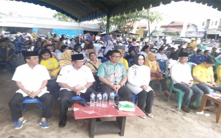 Tokoh Jawa, Achmad Diran (dua dari kiri) bersama Abdul Razak saat menghadiri acara kampanye terbuka terbatas pasangan calon Fairid-Umi di Pasar Rajawali, Minggu (15/4/2018)