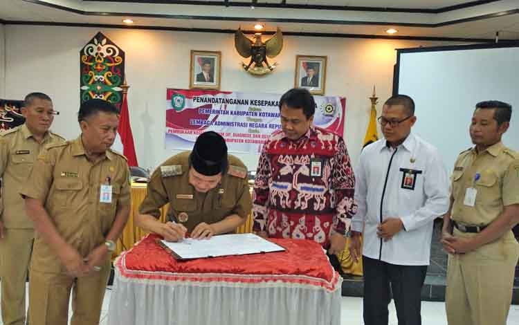 Wakil Bupati Kotim Taufiq Mukri saat melakukan Penandatanganan Kesepakatan Bersama Lembaga Administrasi Negara.