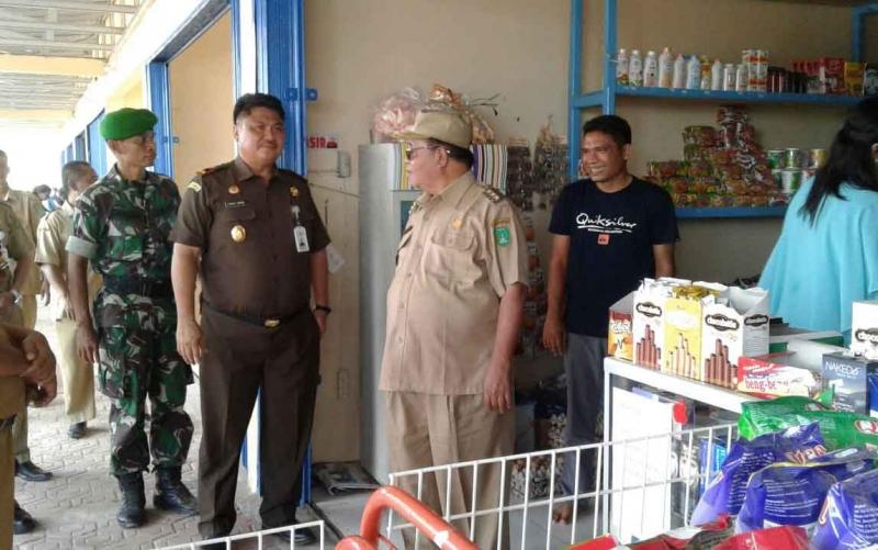 Bupati Sukamara Ahmad Dirman saat meninjau Pasar Tradisional Desa di Kecamatan Balai Riam.