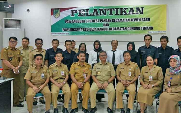 Pjs Bupati Barito Utara Sapto Nugroho beserta jajarannya bersama anggota BPD dan para kepala desa.