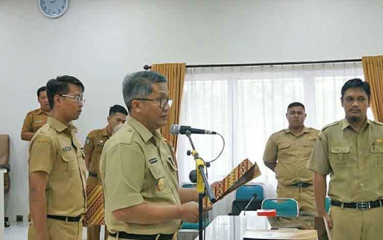 Pjs Bupati Barito Utara, Sapto Nugroho saat mengambil sumpah janji jabatan PAW anggota BPD