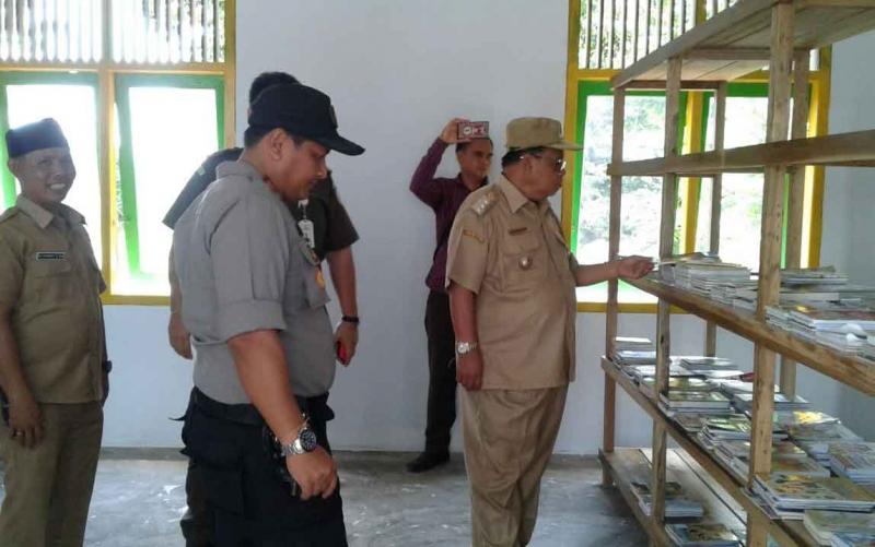 Bupati Sukamara Ahkad Dirman saat berkunjung ke kantor Desa Jihing.