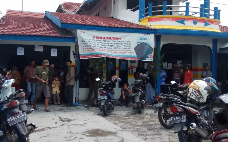 Sejumlah calon penumpang melihat jadwal ke berangkatan kapal di Kantor PT Pelni Cabang Pangkalan Bun, Rabu (23/5/2018).
