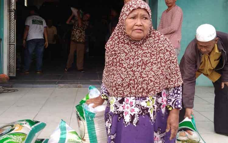 Suasana Penyerahan Zakat Harta H Abdul Rasyid AS di Kelurahan Mendawai