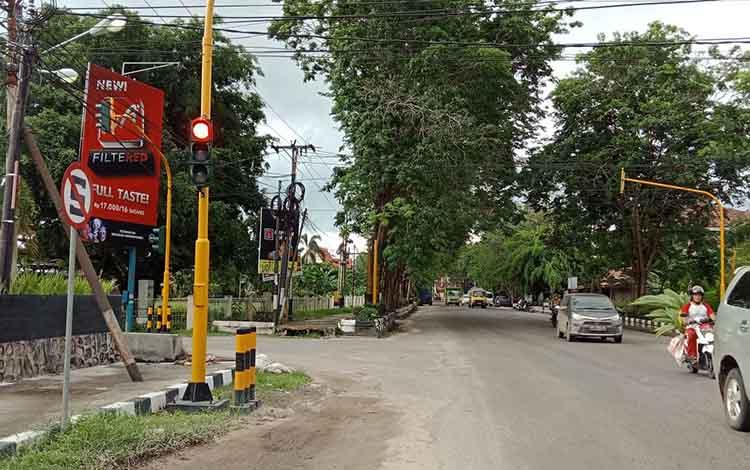 Pengendara Bingung, Rambu Dilarang Stop Berdiri di Depan Traffic Light