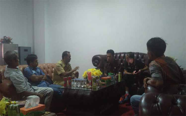Wakil Ketua II DPRD Bartim Raran menerima kedatangan warga Desa Janah Jari di ruang kerjanya, Senin (4/6/2018)
