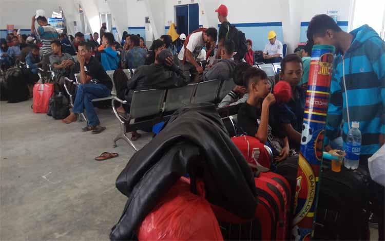 Para penumpang sedang menunggu di ruang tunggu pelabuhan