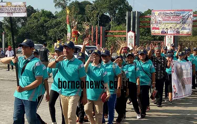 Kontingen FBMM Kecamatan Rungan Barat mengikuti karnaval dan pawai budaya, Senin (4/6/2018).