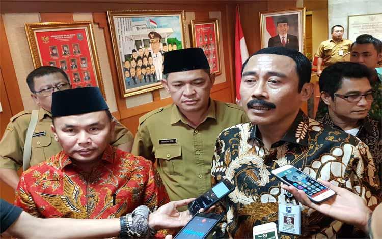 Sekjen Kemendagri Hadi Prabowo memberi keterangan seusai rapat dengan Gubernur Kalteng