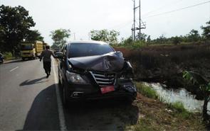 Salah satu mobil rombongan Gubernur Kalteng Sugianto Sabran yang terlibat tabrakan beruntun di Jalan Mahir Mahar, Kota Palangka Raya, Sabtu (9/6/2018).