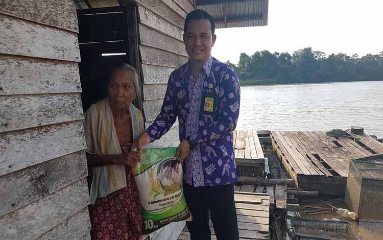 Seorang nenek warga Kelurahan Tumbang Rungan menerima beras zakat dari Haji Abdul Rasyid AS