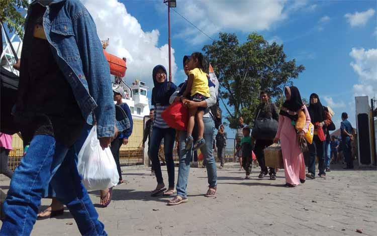 Para penumpang hendak naik ke kapal laut di Pelabuhan Kumai