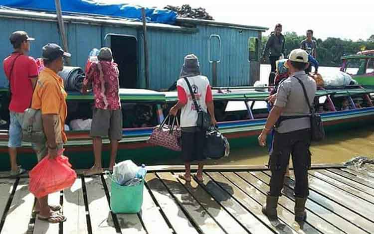 Aparat Polres Barito Utara melakukan pengecekan di pelabuhan speed di Muara Teweh, Selasa (12/6/2018)