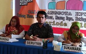 Ketua timsel calon anggota KPU tujuh kabupaten di Kalteng, Hendri (tengah).