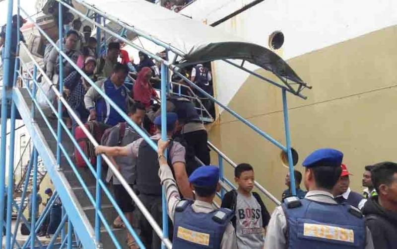 Penumpang menuruni kapal saat arus balik di Pelabuhan Sampit.