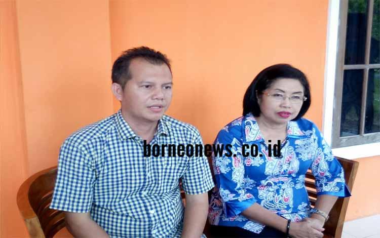 Pasangan nomor urut 3 Jaya S Monong-Efrensia LP Umbing saat memberikan keterangan pers