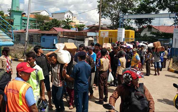 Ratusan penumpang kapal saat di Pelabuhan Sampit