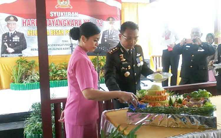 Kapolres Katingan didampingi Ketua Cabang Bhayangkari pada peringatan HUT Bhayangkara