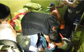 Seorang laki-laki (ditutup selimut), ditemukan meninggal dunia di salah satu kamar di Lokaslisasi Km 12, Palangka Raya, Selasa (10/7/2018) malam.