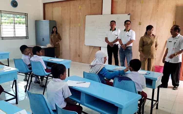 Kadisdik Barito Utara Masdulhaq meninjau ruang kelas SD yang dibangun perusahaan perkebunan kelapa sawit, Senin (23/7/2018).