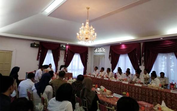 Eskop (kiri) saat menghadiri penyerahan telegram dari Kemendagri oleh Gubernur Kalteng atas penunjukannya sebagai Plh Bupati Barito Timur di Aula Serbaguna Isen Mulang, Kota Palangka Raya, Rabu (25/7/2018).