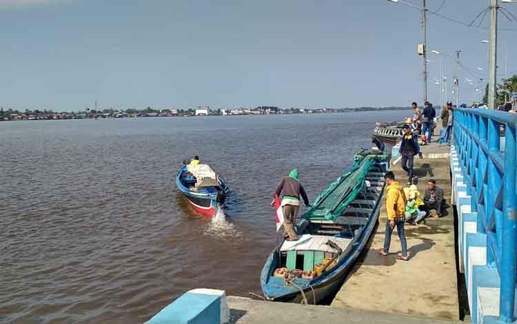 Warga yang beraktivitas di Pelabuhan Danau Mare ingin naik transportasi sungai, Rabu (1/8/2018)