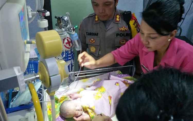Kapolres Palangka Raya AKBP Timbul Rein Krisman Siregar bersama istri mengecek kondisi bayi di RSUD dr Doris Sylvanus Palangka Raya, Kamis (9/8/2018)