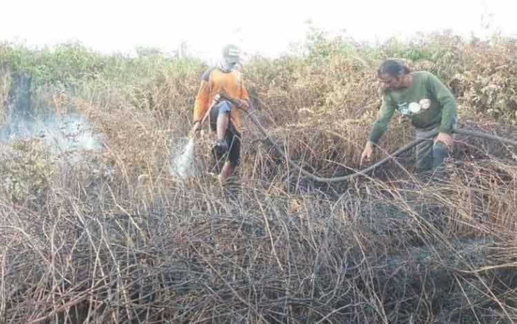 Proses pemadaman karhuta di lahan gambut di Desa Sungai Cabang, Kecamatan Kumai