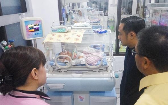 Wali Kota Palangka Raya terpilih, Fairid Naparin, menjenguk bayi laki-laki yang ditelantarkan orang tuanya saat dirawat di RSUD dr Doris Sylvanus, Jumat (10/8/2018) malam.