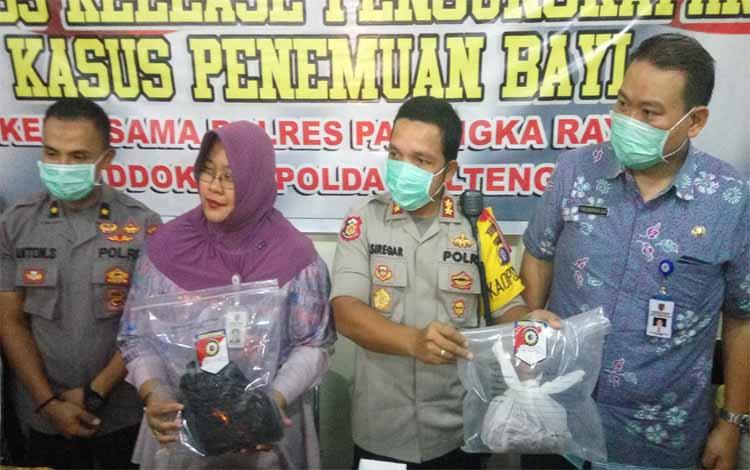 Kapolres Palangka Raya AKBP Timbul Rein Krisman Siregar (dua dari kanan) dan dr Ricka Brillianty (tiga dari kanan) menunjukan barang bukti pakaian dan ari-ari pada press release di RS Bhayangkara, Jumat (10/8/2018)