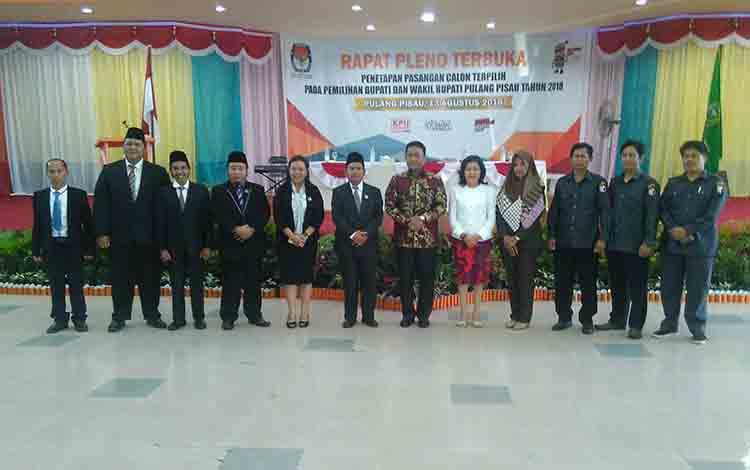 Edy Pratowo dan Pudjirustaty Narang bersama KPU dan Panwaslu Pulang Pisau,  usai penetapan sebagai calon Bupati dan Wakil Bupati terpilih.