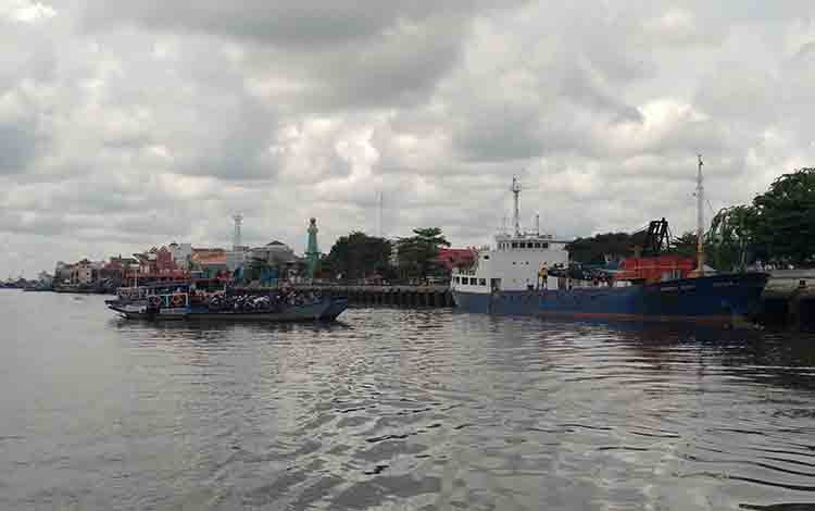 Kapal feri penyeberangan Sampit - Seranau saat melayani penumpang.