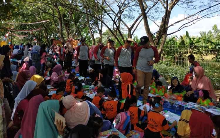 Lomba mewarnai tingkat PAUD dan TK di TPA Handel Palinget Kabupaten Kapuas