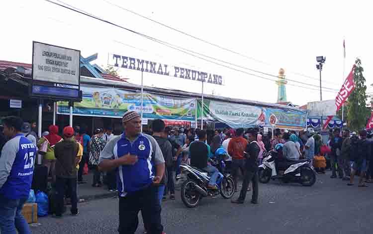 Sejumlah penumpang saat antre untuk masuk ke dalam terminal Pelabuhan Sampit.