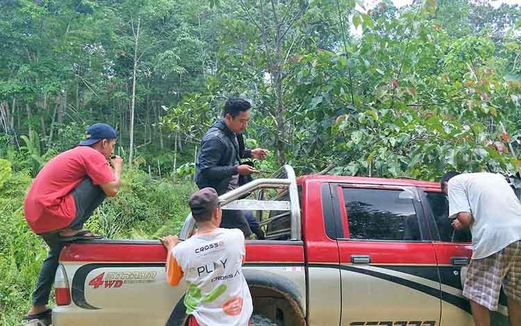 Mobil yang ditemukan warga di kebun warga di kawasan Lahei yang diduga mobil yang dikendarai pelaku tabrak lari.