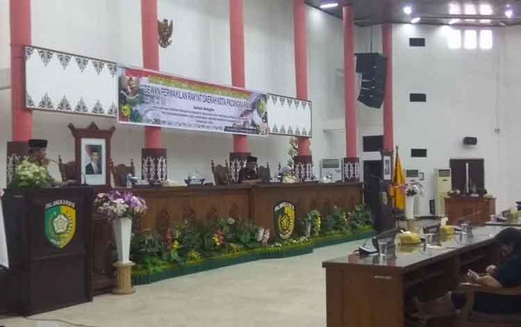 Wali Kota Palangka Raya, HM Riban Satia membacakan pidato LKPJ akhir masa jabatan wali kota dalam rapat paripurna DPRD, Senin (10/9/2018).