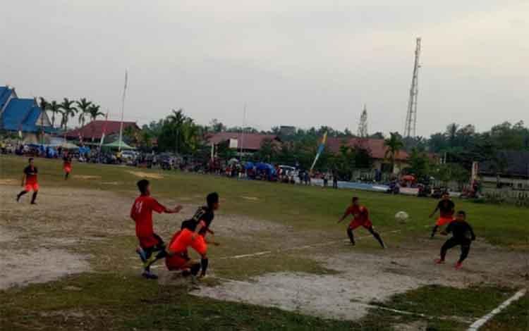Pertandingan antara Tim Miwan Putra dan Pemdes PB di Lapangan Isen Mulang, Kuala Kurun, Kabupaten Gunung Mas, Jumat (14/9/2018) sore.