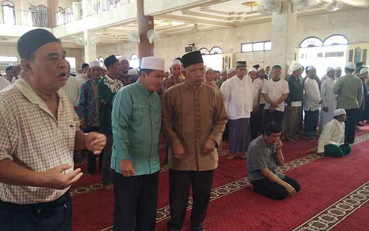 Warga berdatangan ke Masjid Jami Sampit.