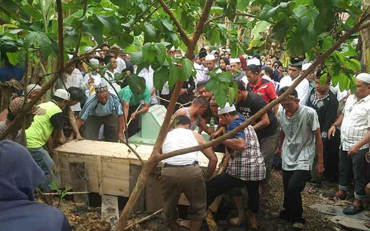 Sejumlah warga mengikuti proses pemakaman almarhum imam Masjid Jami Sampit, HM Sadri Arsyad.