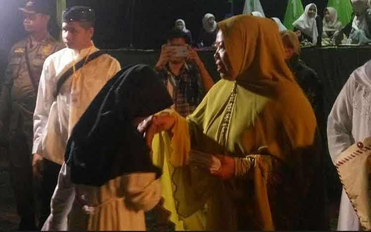 Bupati Kobar menyerahkan tali asih pada anak yatim piatu dalam kegiatan Kobar Bersholawat