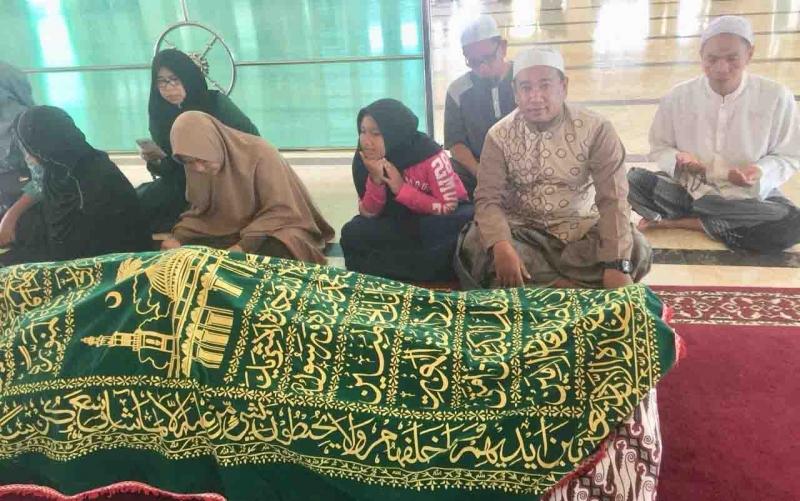 Jenazah almarhum HM Sadri Arsyad saat disemayamkan di Masjid Jami Sampit.